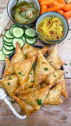 Indische bladerdeeg hapjes met pittig gehakt – Mind Your Feed Indian puff pastry snacks with spicy minced meat – Mind Your Feed Savory Snacks, Snack Recipes, Cooking Recipes, Healthy Recipes, Punch Recipes, Pastry Recipes, Tapas, Indian Food Recipes, Asian Recipes