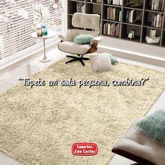 Sim, salas pequenas ficam ótimas com tapetes! Na verdade, podem até dar a impressão que são maiores. Tapetes de cores claras, com listras horizontais e em tamanho suficiente para integrar todos os móveis dão esta sensação de amplitude.