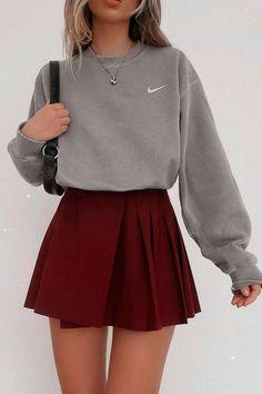Alerta de tendência: saia colegial - Guita Moda Adrette Outfits, Cute Skirt Outfits, Teen Fashion Outfits, Retro Outfits, Cute Casual Outfits, Simple Outfits, Look Fashion, Stylish Outfits, Girl Fashion