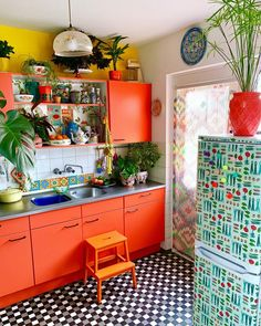 35 Colorful Boho Chic Kitchen Ideas to Decorate Your Room Love bohemian style? These bohemian kitchen gallery have a lot of common option for decorations and design elements. You are able to pick and select the one which suits your need the very best. Boho Kitchen, Kitchen Styling, Funky Kitchen, Eclectic Kitchen, Nice Kitchen, Cheap Kitchen, Eclectic Decor, Country Kitchen, Kitchen Storage
