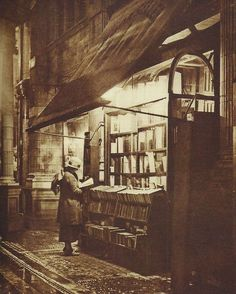 """""""Wet Winter Evening and a Book Lover in Bloomsbury"""" Sicilian Avenue (off Southampton Row), London 1920 Victorian London, Vintage London, Old London, 1920 London, London History, British History, Old Pictures, Old Photos, Vintage Photographs"""