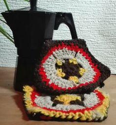Pair of oven mittens in crochet and fabric. Par de pegas em croché e tecido.