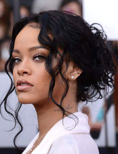 Find images and videos about rihanna, flawless and riri on We Heart It - the app to get lost in what you love. Rihanna Mode, Estilo Rihanna, Rihanna Style, Rihanna Fenty, Rihanna Makeup, Chignon Bun, Kylie Jenner Challenge, Pretty People, Beautiful People