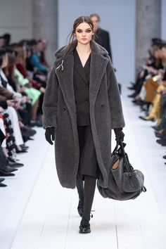 Autumn-Winter Collection 2020 – Glamour is the magic ingredient that imbues power dressing with its energy. View the images from the Runway Show Max Mara Coat, Fashion 2020, Fashion Trends, Street Fashion, Power Dressing, Winter Collection, Pretty Outfits, Winter Outfits, Outfit