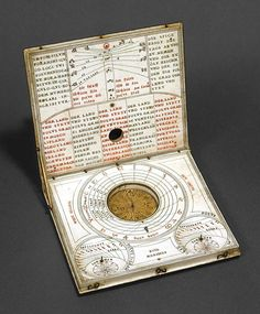 this sundial, made in Germany, was devised by Hans Tucher around the years 1625-1630.Made of ivory, measures approximately 130x110 mm.The tool looks like a square box-shaped book that presents, on the lid, a compass rose, and on the back, a lunar clock.Inside the cover lists the locations where you can use this solar clock (from North Africa to Sweden).In correspondence with the indicated latitudes (42 °, 45 °, 48 °, 51 °, 54 °) are the holes in which could be inserted a thread tied at…