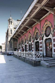 ✿ ❤ Sirkeci Train Station, Istanbul, Turkey (Sirkeci Garı, II. Abdülhamit devrinde İstanbul'un Avrupa Yakası'nda inşa edilen tren garıdır. TCDD'nin, Haydarpaşa Garı ile birlikte İstanbul'daki iki ana istasyonundan biridir. Kısa süre önce İBB'ye devredilmiştir. (Vikipedi)