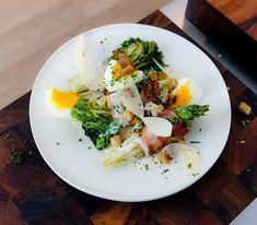 Ein Salat und doch eine vollwertige Mahlzeit: In Viertel geschnittene Baby-Lattiche werden mit Speck umwickelt, kurz gebraten und noch warm mit einem Käsedressing serviert.