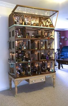 The Bosdyk doll's house is a unique example of the art of the miniature. It competes with the very best in the tradition of Dutch dolls' houses, renowned in the seventeenth century for their style and extraordinary attention to detail. Miniature Rooms, Miniature Crafts, Miniature Houses, Miniature Furniture, Dollhouse Furniture, Barbie Furniture, Diy Dollhouse, Dollhouse Miniatures, Haunted Dollhouse
