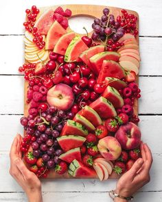 Wow 😍 What would you create with this beautiful red fruit platter? Delicious Vegan Recipes, Yummy Food, Dessert Platter, Vanilla Smoothie, Party Food Platters, Food Is Fuel, Summer Fruit, Charcuterie Board, Desert Recipes