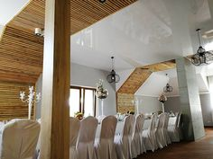 Hotelowa restauracja z sufitem napinanym. / Hotel restaurant with a stretch ceiling. Divider, Ceiling, Restaurant, Room, Furniture, Home Decor, Bedroom, Ceilings, Decoration Home