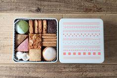 10種類の焼き菓子をオリジナル缶でお届けします。ちょっとずつ、いろんな種類の焼き菓子を楽しんでいただけるようにと選び抜いた10種類。 食べ終わってもゴミにならずに使ってもらいたいなという想いをオリジナル缶のデザインに込めました。 Dessert Packaging, Cookie Packaging, Food Packaging Design, Bottle Packaging, Cookie Box, Cookie Gifts, Japanese Cookies, Biscuits Packaging, Food Design