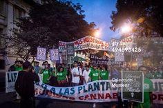 Córdoba, Argentina - 03 de mayo 2014: Grupo grande de personas, miles de consumidores de cannabis se concentra en 15:00 hora Municipio Plaza para participar en la Marcha Mundial por la marihuana en la ciudad de Córdoba, Argentina