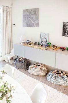 opbergzak toy storage bag PlayandGo small space storage ideas and solutions toy storage ideas Toy Storage Solutions, Toy Storage Bags, Storage Ideas, Play N Go, Small Space Storage, Kids Decor, Home Decor, Playroom Decor, Home Living