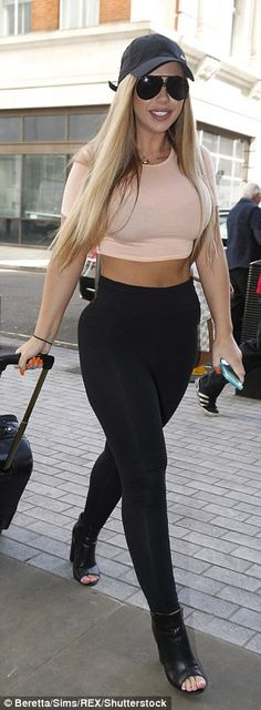 Holly Hagan shows off her incredible abs in tiny crop top