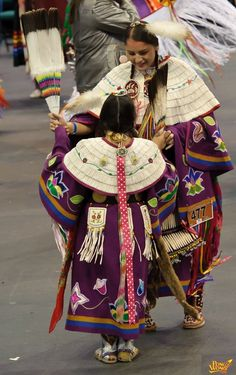 Mother daughter dancers in Native American dentallium (made of tooth shells, tusk shells) capes Native American Clothing, Native American Regalia, Native American Beauty, Native American Photos, Native American Beadwork, American Indian Art, Native American History, Native Beadwork, American Girls