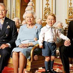 Подарок Королеве Елизавете на 90-летие. Найди 90 изображений Королевы на этой фото;) dailymail.co.uk
