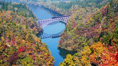 福島県〜新潟県 只見線 冬は豪雪地帯となる、只見川沿いの秘境を巡っていく只見線。秋は紅葉した圧巻の渓谷美が楽しめる。