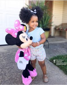 Curly short hair styles always look adorable on little girls. As a result, we see many young girls sport curls. Cute Black Babies, Beautiful Black Babies, Cute Baby Girl, Beautiful Children, Cute Babies, Black Baby Girls, Cute Kids Fashion, Baby Girl Fashion, Pretty Baby