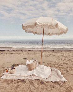 Pique-nique sur la plage / Picnic on the beach Beach Aesthetic, Summer Aesthetic, Summer Feeling, Summer Vibes, Beach Picnic, Jolie Photo, Beach Bum, Ocean Beach, Summer Beach