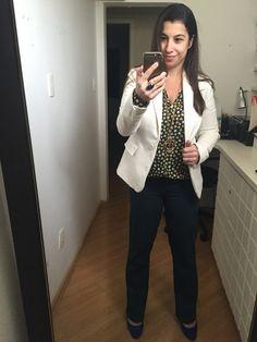 Blaser off-white, calça de alfaiataria azul, ambos da Gregory, com camisa Andrea Marques para a C&A. Sapato azul royal da Santa Lola. Look frio, mas nem tanto.