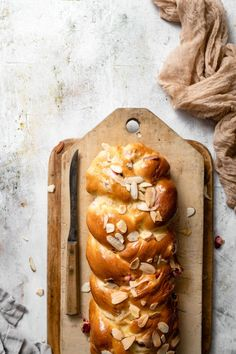 Recipe for Cranberry Almond Challah Bread, sweet and crunchy take on the traditional challah recipe. This loaf is perfect for breakfast, brunch, or holiday parties! Healthy Bread Recipes, Baking Recipes, Dessert Recipes, Healthy Food, Dessert Food, Dog Recipes, Cranberry Almond, Cranberry Recipes, Holiday Bread
