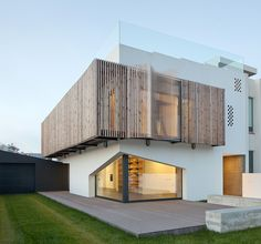 e 348 arquitectura screens house in miramar with operable facade (portugal)