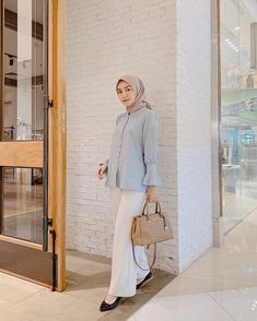 Hijab Casual, Formal Casual Outfits, Stylish Work Outfits, Office Outfits Women, Ootd Hijab, Modern Hijab Fashion, Street Hijab Fashion, Hijab Office, Hijab Mode Inspiration