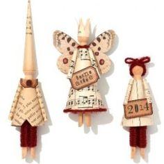 de petts personnages de NOêl réalisés en papier collé sur des pinces à linge en bois