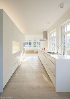 & & & & Huge all-white, modern and clean kitchen. Huge, completely white, modern and very clean-looking Kitchens Modern Kitchen Cabinets, Modern Kitchen Design, Kitchen Interior, Kitchen Decor, Huge Kitchen, Beautiful Kitchens, Cool Kitchens, Minimal Kitchen, Chic Bathrooms