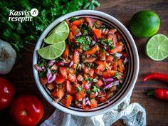 Raikas tomaattisalsa korianterilla ja limellä. Sopii lisukkeeksi monien eri meksikolaisten ruokien kanssa. #villinävegeen #salsa #tomaattisalsa Salsa, Chili, Mexican, Vegetables, Ethnic Recipes, Food, Meal, Salsa Music, Chile