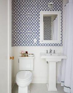 Carta da parati bianca e blu - Idee per personalizzare il bagno con la carta da parati.