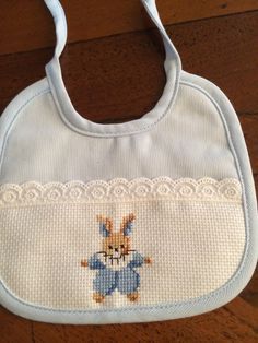 I miei lavori Cross Stitch Baby, Cross Stitch Patterns, Crochet Baby Mobiles, Christmas Cross, Hobbies And Crafts, Baby Bibs, Smocking, Embroidery, Sewing