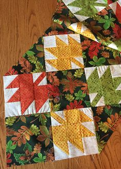 Sew a Thanksgiving Table Runner with Fall Leaf Quilt Blocks – Craft Picnic – Food: Veggie tables Thanksgiving Table Runner, Halloween Table Runners, Table Runner And Placemats, Table Runner Pattern, Quilted Table Runners, Fall Table Runner, Table Topper Patterns, Quilted Table Toppers, Colchas Quilting