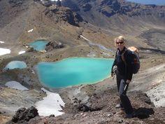 Wie van een stevige wandeling in Nieuw Zeeland houdt, kan bijna niet om de Tongariro Moon Crossing heen. Tijdens deze 'hike' van 17 kilometer loop je tussen vulkanen op zoek naar blauwe mineraalmeren en opgedroogde lavastromen. Het is een pittige wandeling, waarbij soms flink geklommen en geklauterd moet worden. Boven op de rotsachtige bergen, word je doorzettingsvermogen beloond; je geniet van het uitzicht over het weidse maanlandschap...