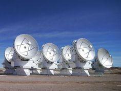 """Centro de investigação português ajuda a """"escutar"""" universo em projeto internacional.  O Centro de Astronomia e Astrofísica da Universidade de Lisboa vai apoiar o ALMA, um radiotelescópio que está a """"escutar"""" o universo, mais concretamente a sua radiação milimétrica e submilimétrica."""