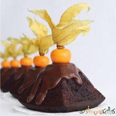 Chocolate Physalis Mini Cakes - Easy and delicious recipe - simonacallas Chocolate Glaze, Chocolate Muffins, Chocolate Desserts, Macarons, Muffin Tins, Cake Batter, Mini Cakes, Plated Desserts, Marshmallows