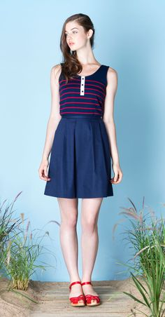 ANDREA Navy/Red : Striped tanktp in bamboo knit with large ribbing at hem and rounded low-cut at back. Soft, no-pill fabric, knit in Montreal. CLODELLE Navy : Cotton twill skirt with rounded pleats and side pockets. Betina Lou Spring-Summer 2015.