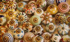 Puxadores de porcelana, com várias estampas, por R$ 19,90 cada, na Balisun. Rua Buenos Aires, 323 Foto: Camila Maia/Agência O Globo