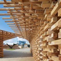 木材をふんだんに採用した会場構成は建築家・隈研吾によるもの