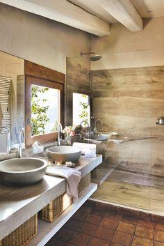 00411694. Baño con revestimiento de cerámica de aspecto de madera, mueble de madera y lavamanos exento y redondo 00411694