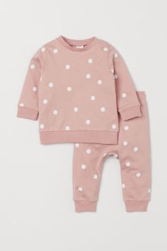 Set with a top and trousers in soft organic cotton sweatshirt fabric. Top with long sleeves, press-studs on one shoulder (except in sizes and ribbing Baby Outfits, Kids Outfits, Baby Girl Fashion, Kids Fashion, H & M Baby, Bebe 1 An, Girls Clothes Shops, Cute Baby Clothes, Fashion Company