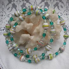 Beautiful ...made with paper beads...  how to ....I'm getting busy with this one.