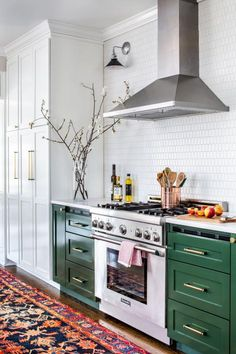 This sweet design has a peach of our hearts 🍑🧡. Eye-catching green cabinets, bold elements and a Thermador range create the perfect space to bring your culinary dreams to life (Credit Thermador). Kitchen Interior, Kitchen Design Small, Kitchen Decor Inspiration, Green Cabinets, Kitchen Remodel, New Kitchen, New Kitchen Cabinets, Kitchen Renovation, Kitchen Design