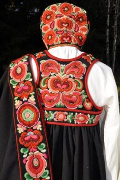 FolkCostume&Embroidery: Bunad and Rosemaling embroidery of upper Hallingdal, Buskerud, Norway Hungarian Embroidery, Folk Embroidery, Beaded Embroidery, Embroidery Patterns, Norwegian Clothing, Norway Viking, Nordic Vikings, Stitch Witchery, Crochet Mermaid