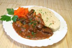 Hovädzí guláš Drinks Of The World, Austrian Recipes, Austrian Food, Beef Goulash, Food Dishes, Stew, Cravings, Easy Meals, Easy Recipes
