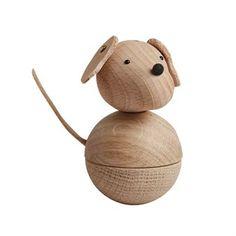 Låt den söta Leika dog träfigur från OYOY bli en fin dekoration i fönstret eller på hyllan. Träfiguren är tillverkad i en mix av bok och ek och har öron och svans i läder. Med hunden tillkommer även ett snöre i läder så att den kan hängas på en krok eller på gardinstången exempelvis. Kombinera tillsammans med de andra söta träfigurerna från OYOY.
