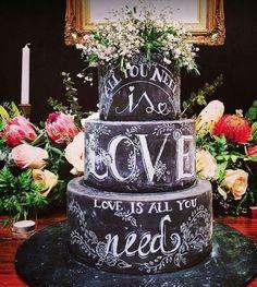O estilo moderno do bolo lousa é uma ótima opção para festas de adolescentes. Os jovens podem escolher as frases de que mais gostam, como versos de uma música, por exemplo, e pedir para um calígrafo escrevê-las na cobertura do doce