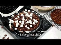 8 Absurdly Delicious Meals You Can Make in 10 Minutes or Less Delicious Meals, Yummy Food, Tater Tot Waffle, Breakfast In Bed, Dessert Ideas, Recipe Ideas, Waffles, Breakfast Recipes, Viajes