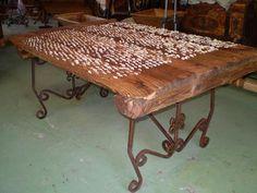 Mesa hecha con un trillo antiguo