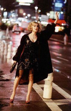 black dress - taxi --- Sarah Jessica Parker - SATC - Carrie Bradshaw - set - sex and the city Carrie Bradshaw Outfits, Estilo Carrie Bradshaw, Glamour Mexico, Fashion Documentaries, City Outfits, Vogue, Sarah Jessica Parker, City Style, Fashion History